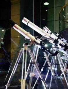 ホテルの入り口にはたくさんの望遠鏡